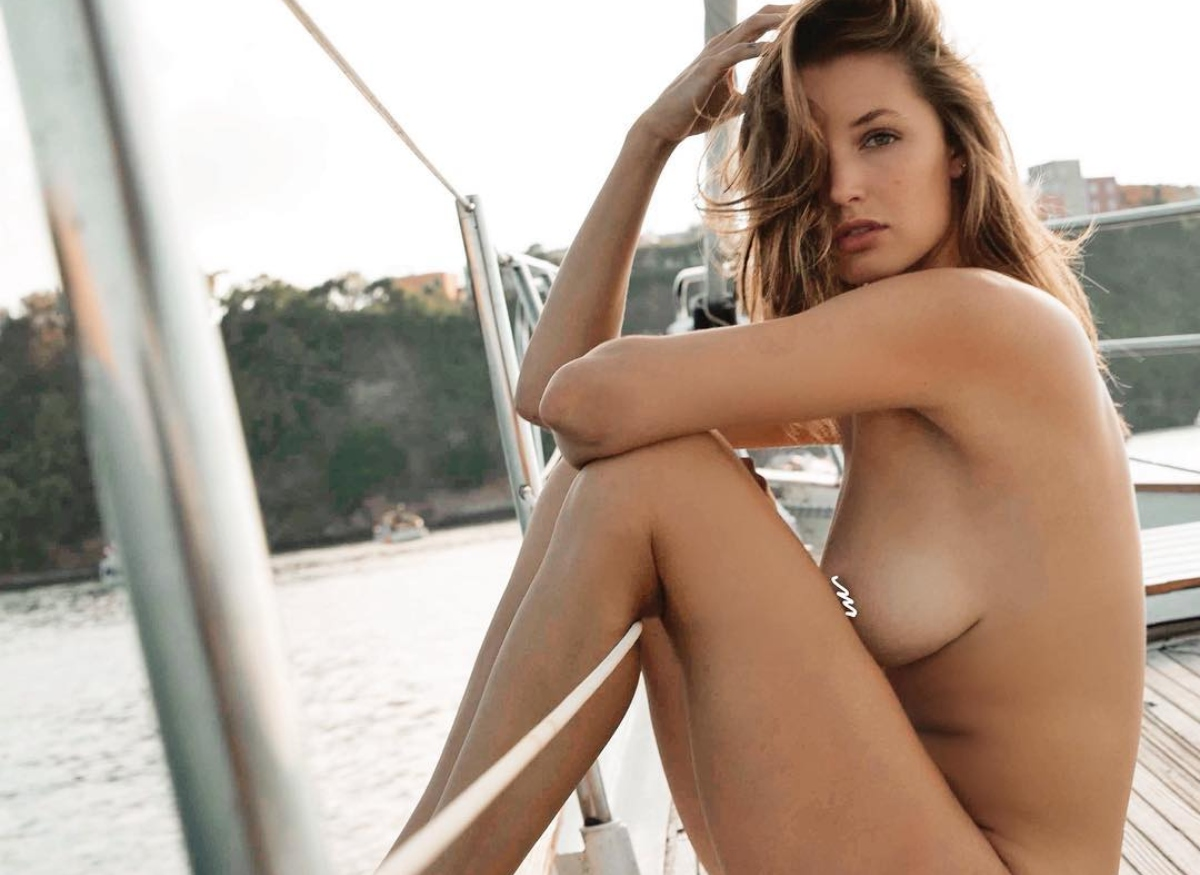 Alyssa Arce Poses Naked On The Boat While Flexing Her Sexy…