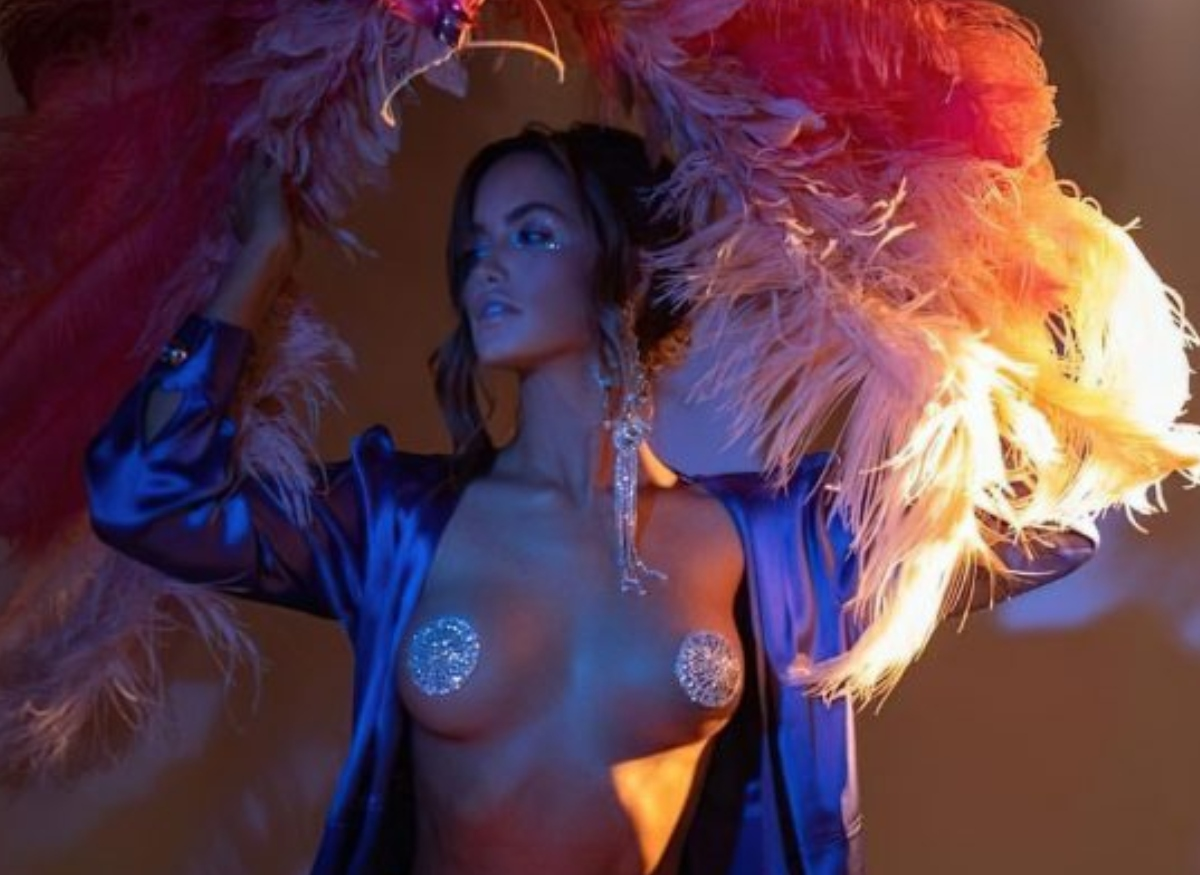 Haley Kalil Shows Off Her Boobs As She Poses Topless For…