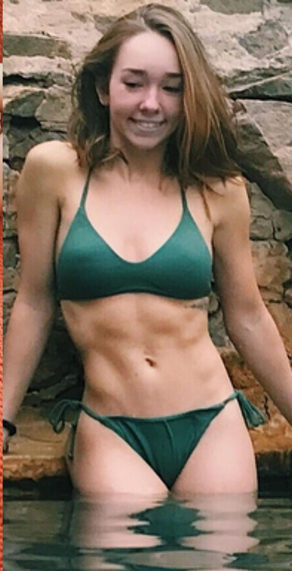 Holly Taylor cleavages pics