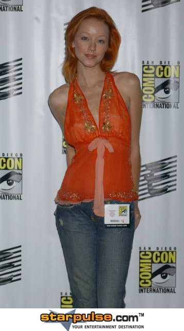 Lindy Booth awesome cleavages pic