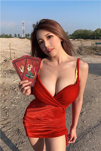 Siew Pui Yi pay a New Year call with huge boobs