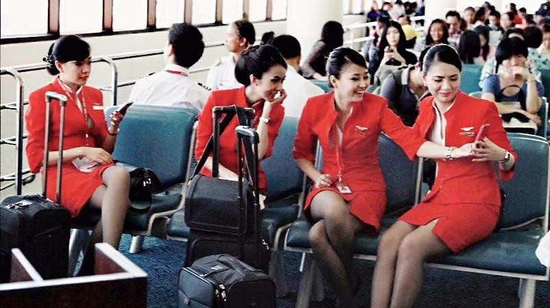 Although the plane is late, it is not bored, and the flight attendant of the opposite AirAsia is really eye-catching …