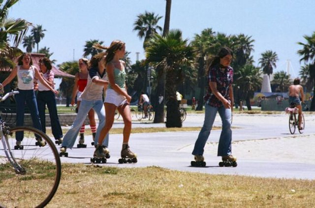 57 Photos Of Girls Roller Skating In Los Angeles In 80's
