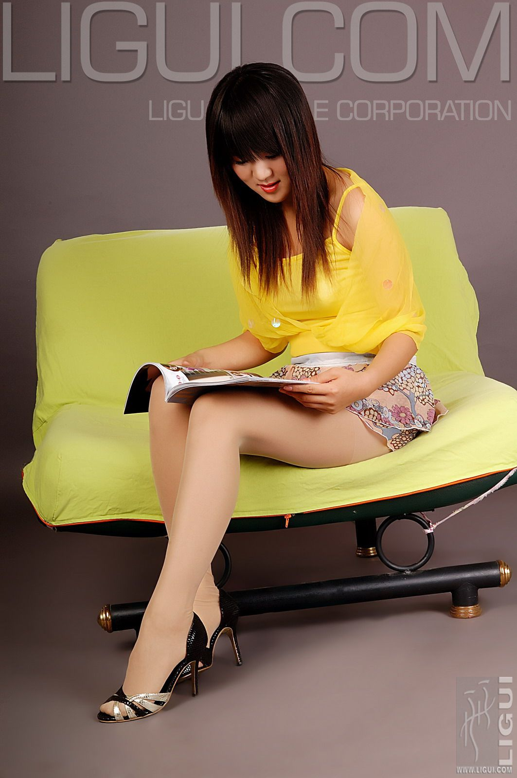 """[LiGui]  Model Jingjing's """"Picture of High-heeled Meat on the Sofa"""" photo"""