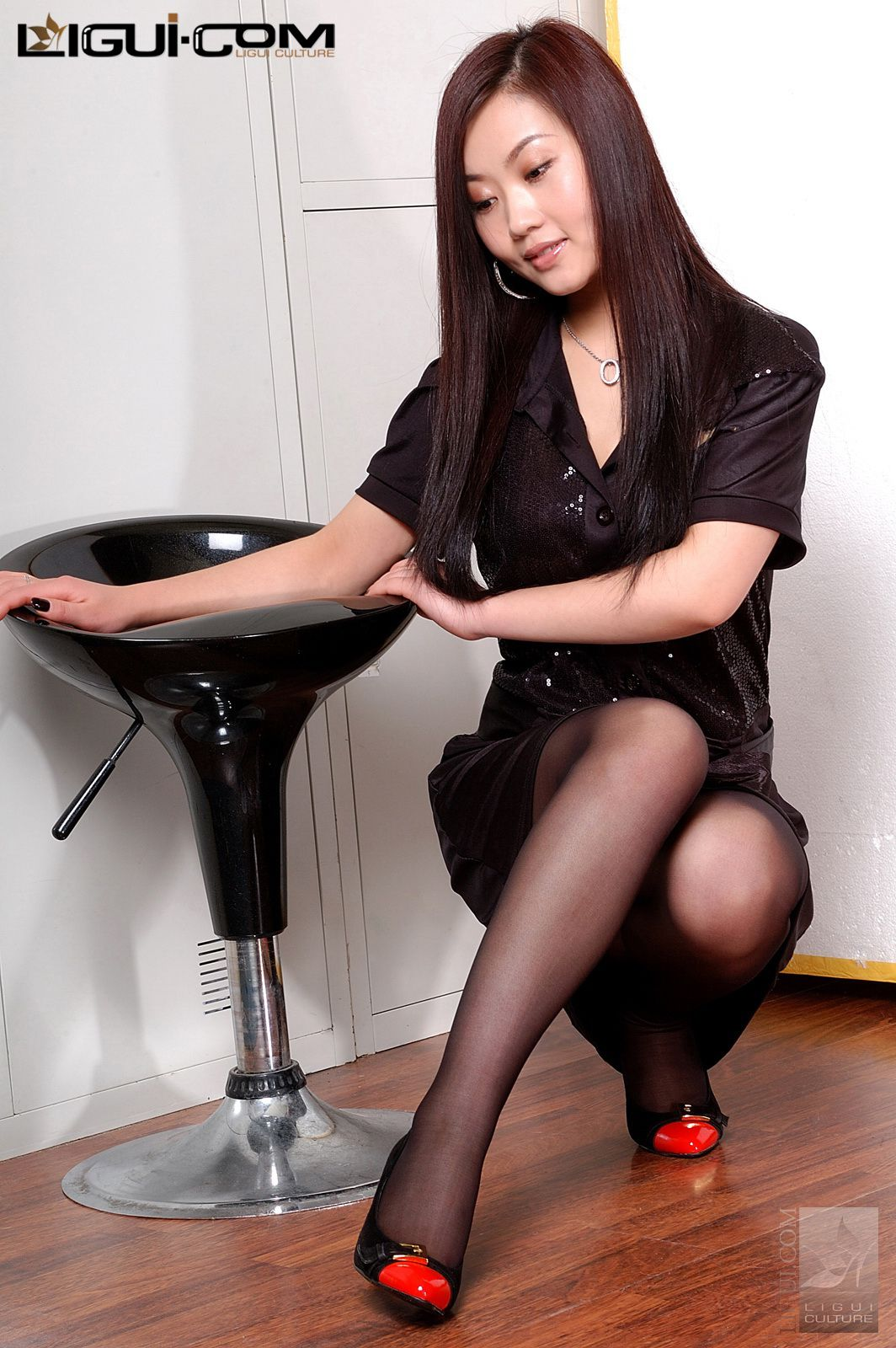 """Model Xiaolulu """"Carrying the Black Silk to the End"""" [丽柜LiGui] Silk feet photo pictures 22"""
